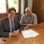 Unterschrift: Tengen unterstützt den Bau des Windparks. Bürgermeister Marian Schreier und Bene Müller von Solarcomplex bei der Unterzeichnung der Verträge zur Grundstücksnutzung.