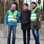 Bene Müller von Solarcomplex, Bürgermeister Marian Schreier und Andreas Reinhardt, Geschäftsführer der Stadtwerke Radolfzell und der Betreibergesellschaft am Fundament der WEA1.