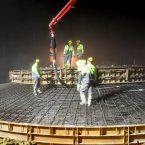 Morgens um vier Uhr beginnen die Arbeiter mit dem Befüllen des Fundaments. 12 Stunden später sind 600 m³ Beton verbaut. | Bildquelle: Franz Bollin