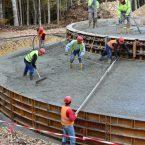 Mit viel Handarbeit und rund um die Uhr werden die 600 m³ Beton in die Schalung eingebracht.