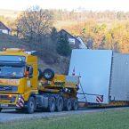 Schwertransporter bringen die einzelnen Turmteile über Schweizer Gebiet zum Umladeplatz am Ortsrand von Wiechs.