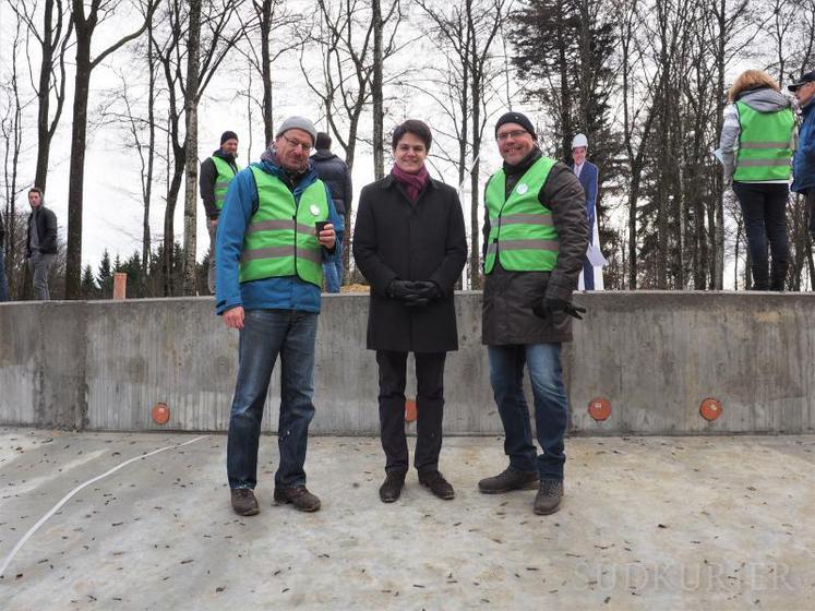 Bene Müller (links) von der Firma Solarcomplex, der Tengener Bürgermeister Marian Schreier und der Geschäftsführer der Stadtwerke Radolfzell, Andreas Reinhardt (rechts), standen auf den Verenafohren (im Bild bei den Beton-Fundamenten) Rede und Antwort. | Bild: Elmar Veeser