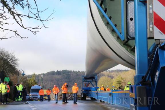 Viele Sicherheitsleute und Zuschauer verfolgen das Spektakel bei der Anlieferung der Rotorblätter im Oberdorf von Wiechs. | Bild: Sabine Tesche