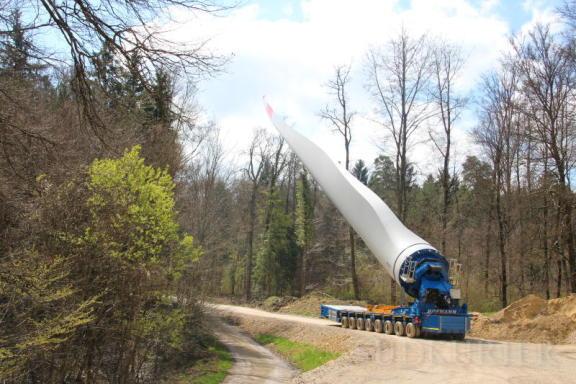 Ein Rotorblatt steht im Walde: Der Flügel auf einer selbst fahrenden Lastzugmaschine wird kurzzeitig parkiert. | Bild: Albert Bittlingmaier