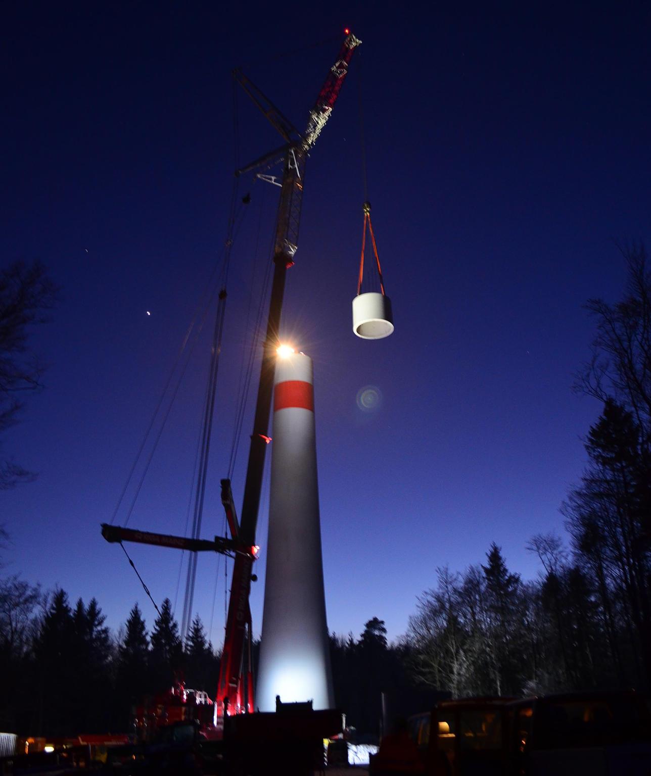 Spektakulär war der Bau der drei Windräder in Wiechs am Randen ab Sommer 2016. Auch nachts wurden Betonteile angeliefert und montiert. Archiv-Bild: Franz Bollin | Bild: Franz Bollin
